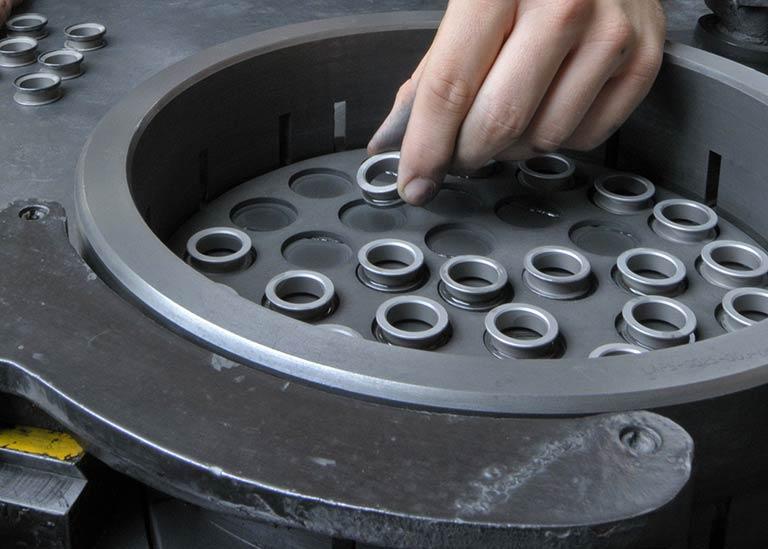 ラップ加工とは|ラップ盤と精密「ラッピング」で使われるラップ剤をかんたん解説