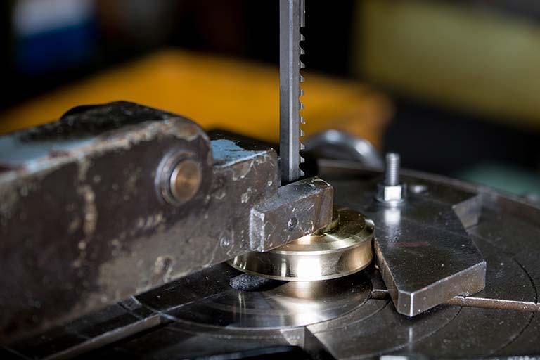 ブローチ加工とは|ブローチ加工の仕組みと、ブローチ工具・NCブローチ盤がわかる