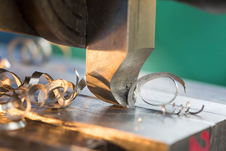 削り加工とは|平削り・形削り・立て削りの違いと、さまざまな「削り盤」を解説