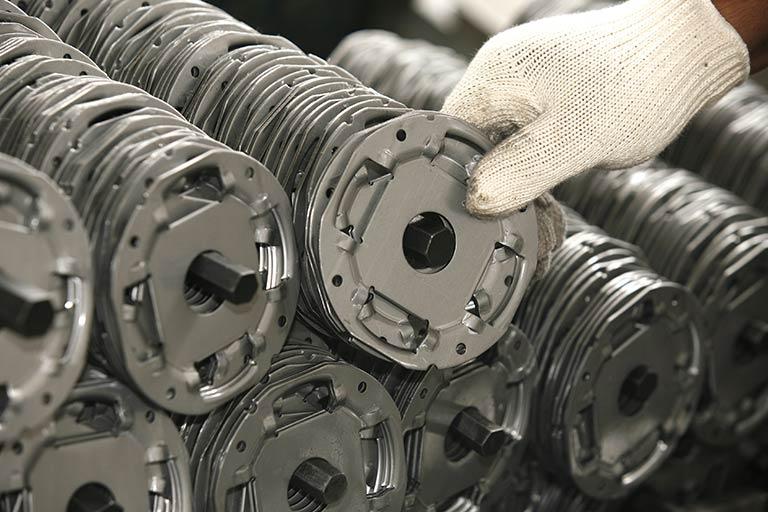 塑性(そせい)加工とは|金属加工の現場で行われている「塑性加工」の種類まとめ