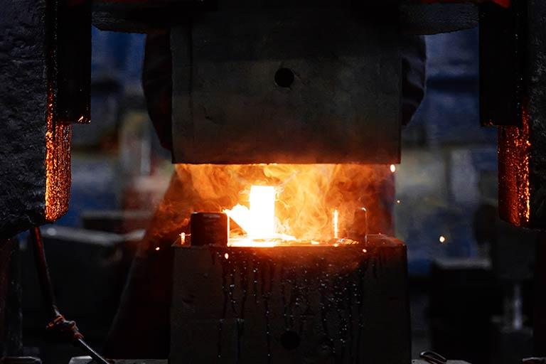 よくわかる鍛造機械|鍛造機械の種類と、鍛造ハンマ・鍛造プレスの違いをかんたん解説