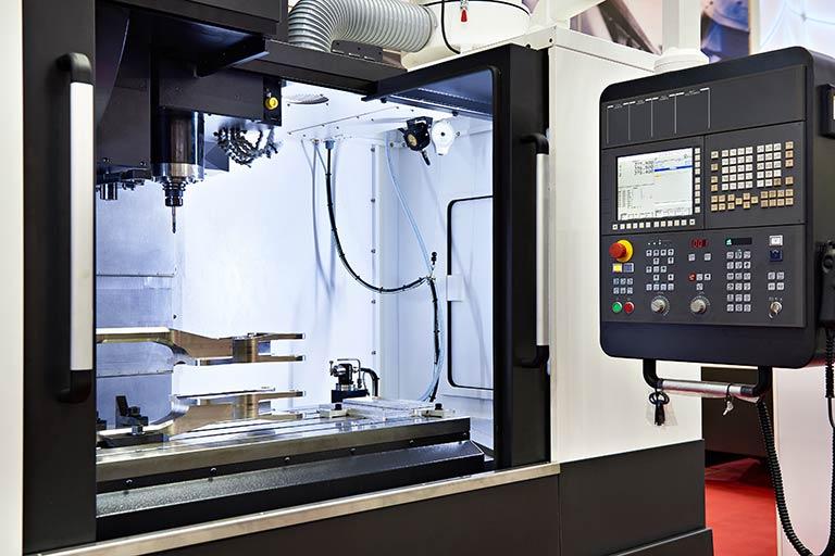 立形マシニングセンタとは|汎用性の高い立形マシニングセンタと、代表的メーカーを解説